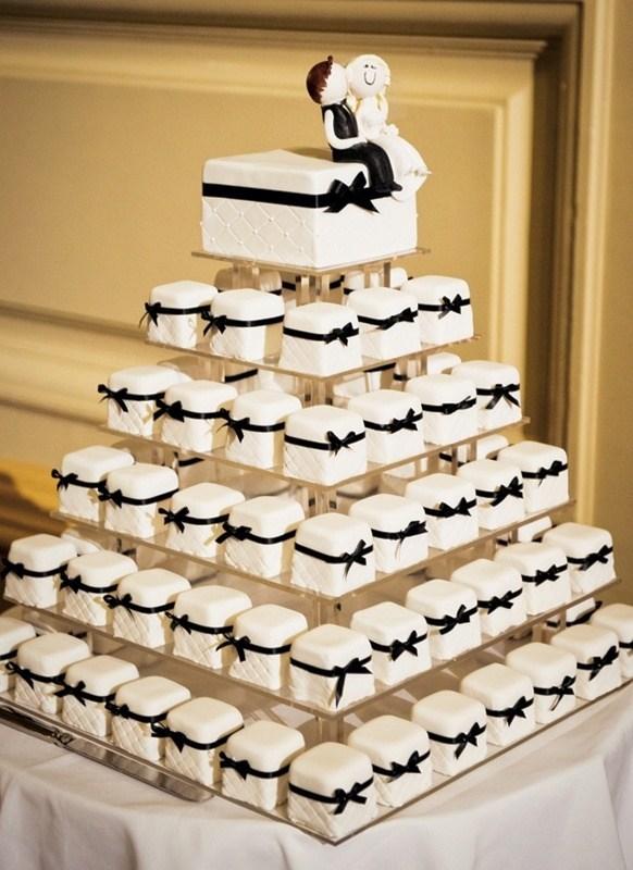 Торт из маленьких пирожных